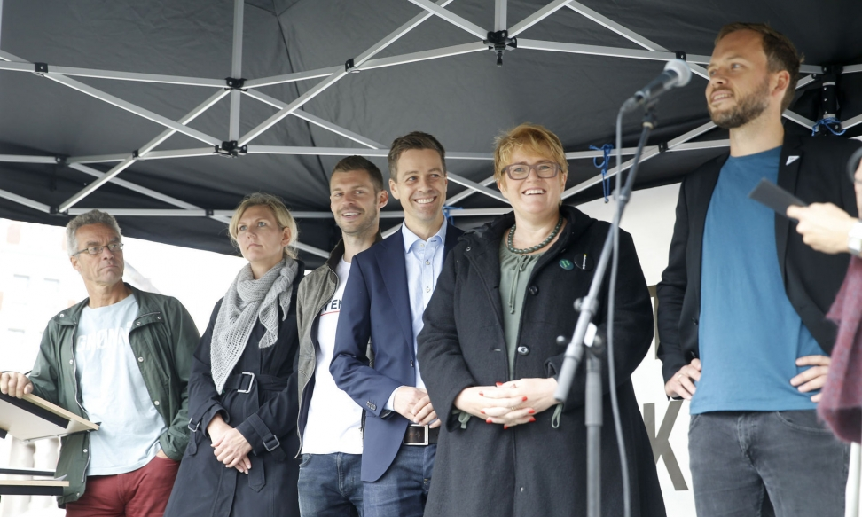 VILLIGE TIL Å HJELPE: Politikerne stiller opp for syriske flyktninger, fra v. Rasmus Hansson (MDG), Marianne Marthinsen (AP), Bjørnar Moxnes (Rødt), Knut Arild Hareide (KrF), Trine Skei Grande (V) og Audun Lysbakken (SV), her under Europeisk aksjonsdag for flyktninger 12. september. Foto: Terje Pedersen / NTB scanpix