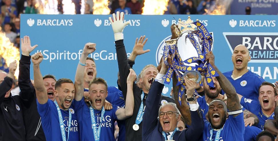 Leicester-spillerne og manager Claudio Ranieri jublet stort da fikk løfte Premier League-trofeet for sesongen 2015/16. Hvem vinner tittelen denne sesongen? Foto: John Clifton / Reuters