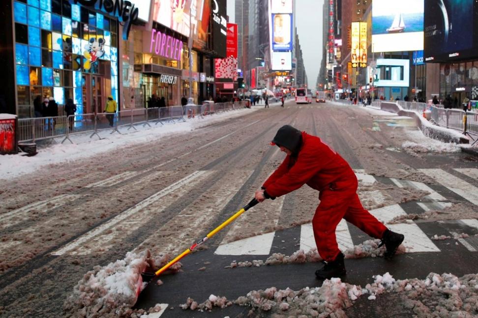 TUNGE TAK: Økonomien i USA bedres, men det er bekymringsfullt at lønna til vanlige folk, som denne snømåkeren på Times Square i New York, sakker akterut. Det mener Verdens handelsorganisasjon WTO. Foto: Andrew Kelly / Reuters/NTB scanpix