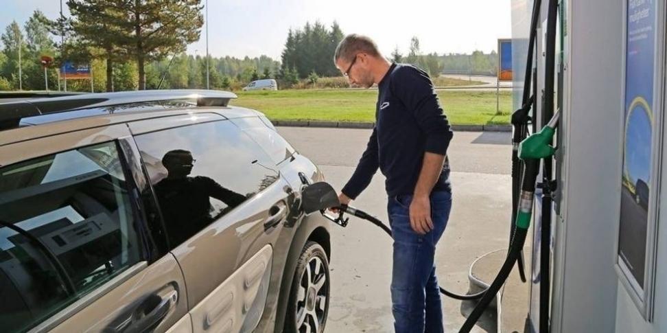 BIODRIVSTOFF: Rundt 470.000 biler kan ikke bruke biobensinen Stortinget har vedtatt å innføre. FOTO: Petter Handeland
