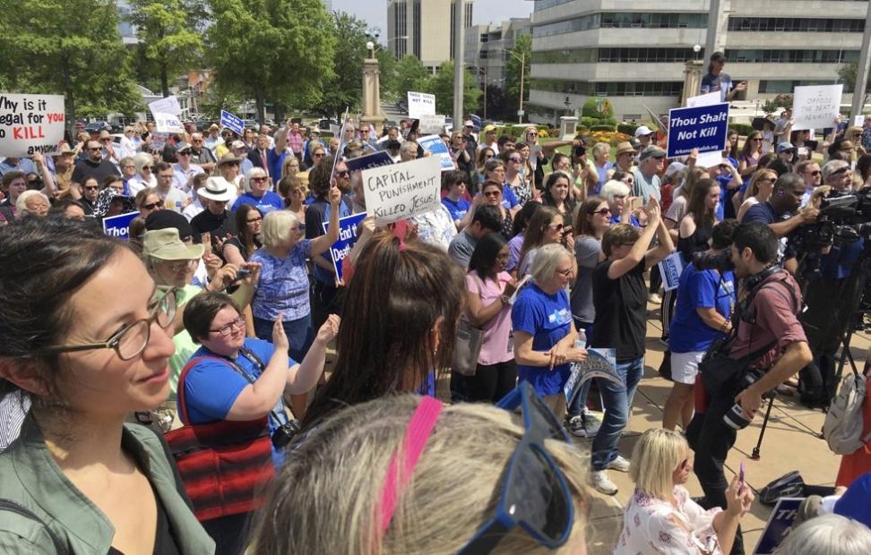 Den siste tiden har det vært flere demonstrasjoner mot henrettelser i USA, her i Little Rock i delstaten Arkansas. Foto: Kelly P. Kissel / AP / NTB scanpix Foto: NTB scanpix