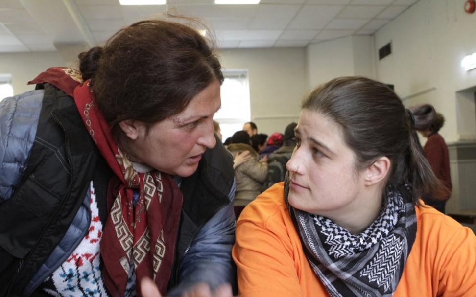 Calolonanu Raolica hadde mye på hjertet etter hun hadde sett dokumentaren. – Sett forbryterne i fengsel, sa hun. Her med tolk Maren Stinessen Bøe. Foto: Mads Fremstad / ABC Nyheter